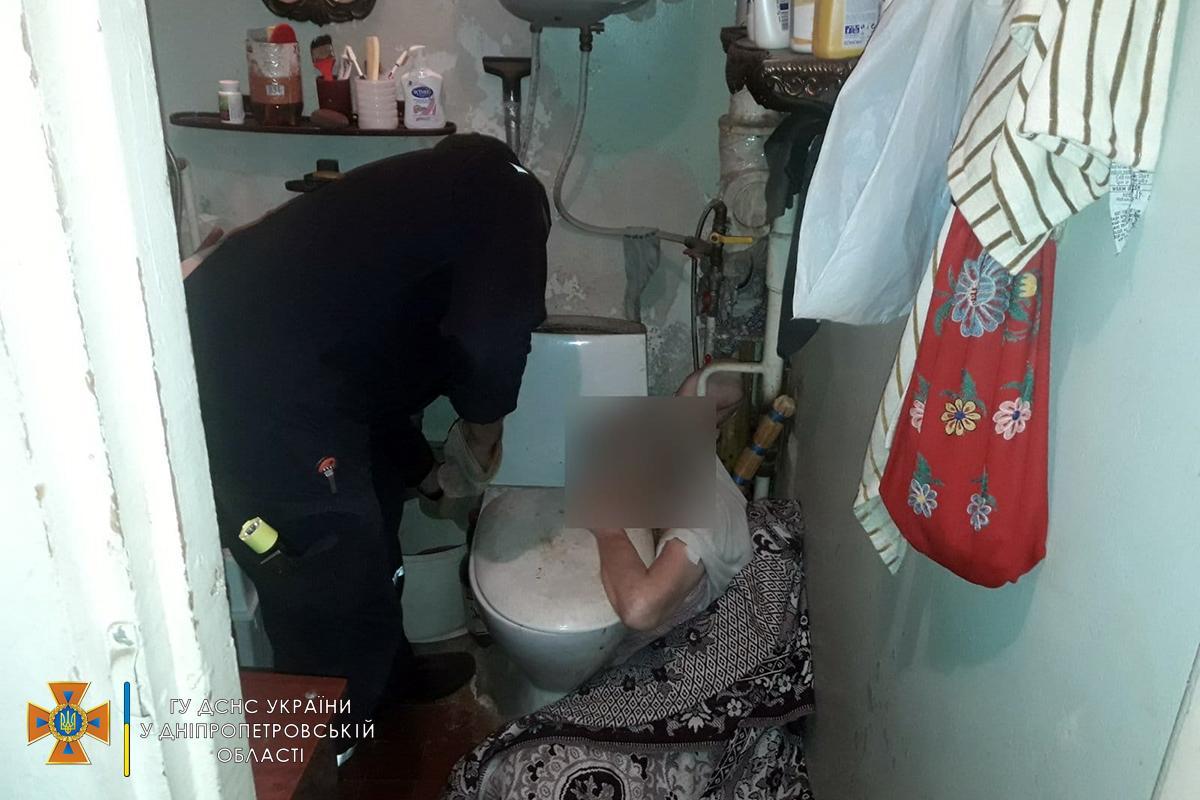 Работники ГСЧС высвободили руку пострадавшей / фото ГСЧС