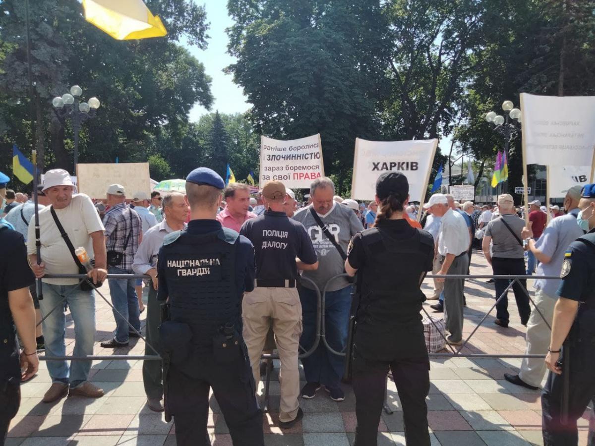 Пенсионеры силовых ведомств прорвали кордон у здания Рады / фото УНИАН, Татьяна Поляковская