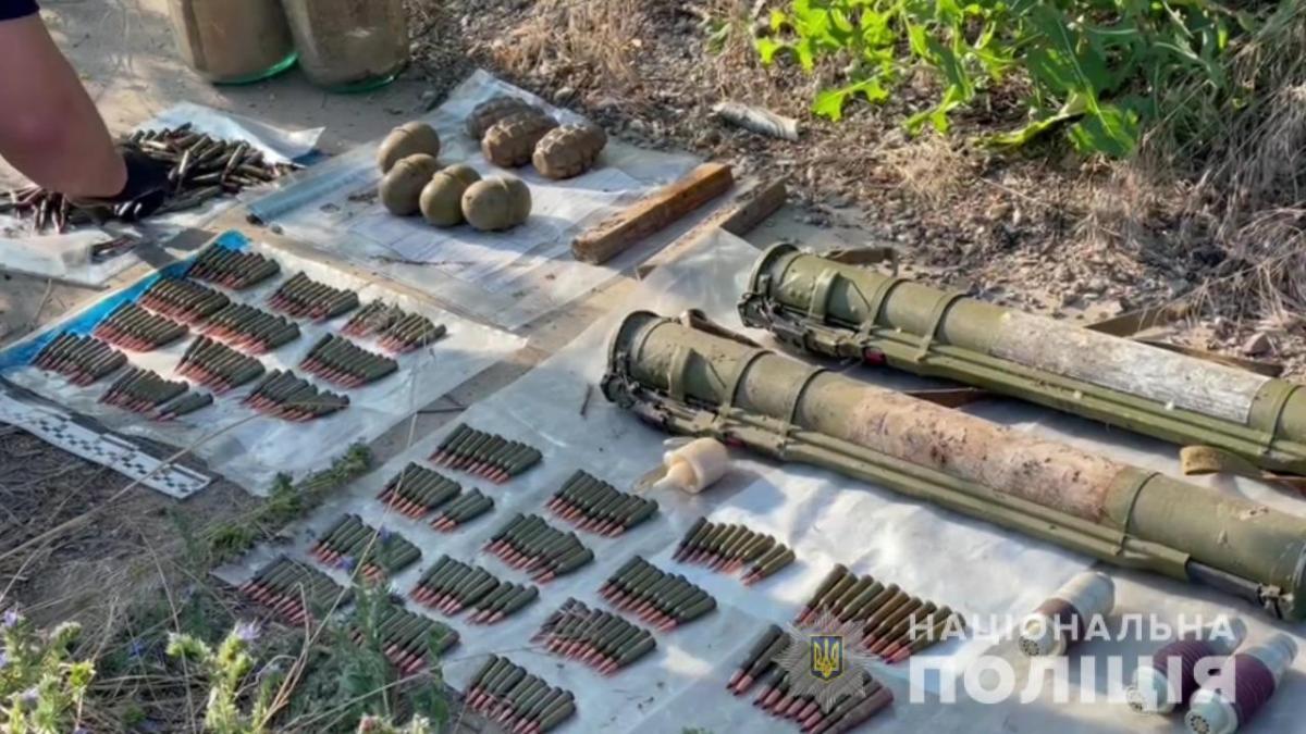 Ящик с запрещенными предметами нашли возле Клеверного моста \ Нацполиция
