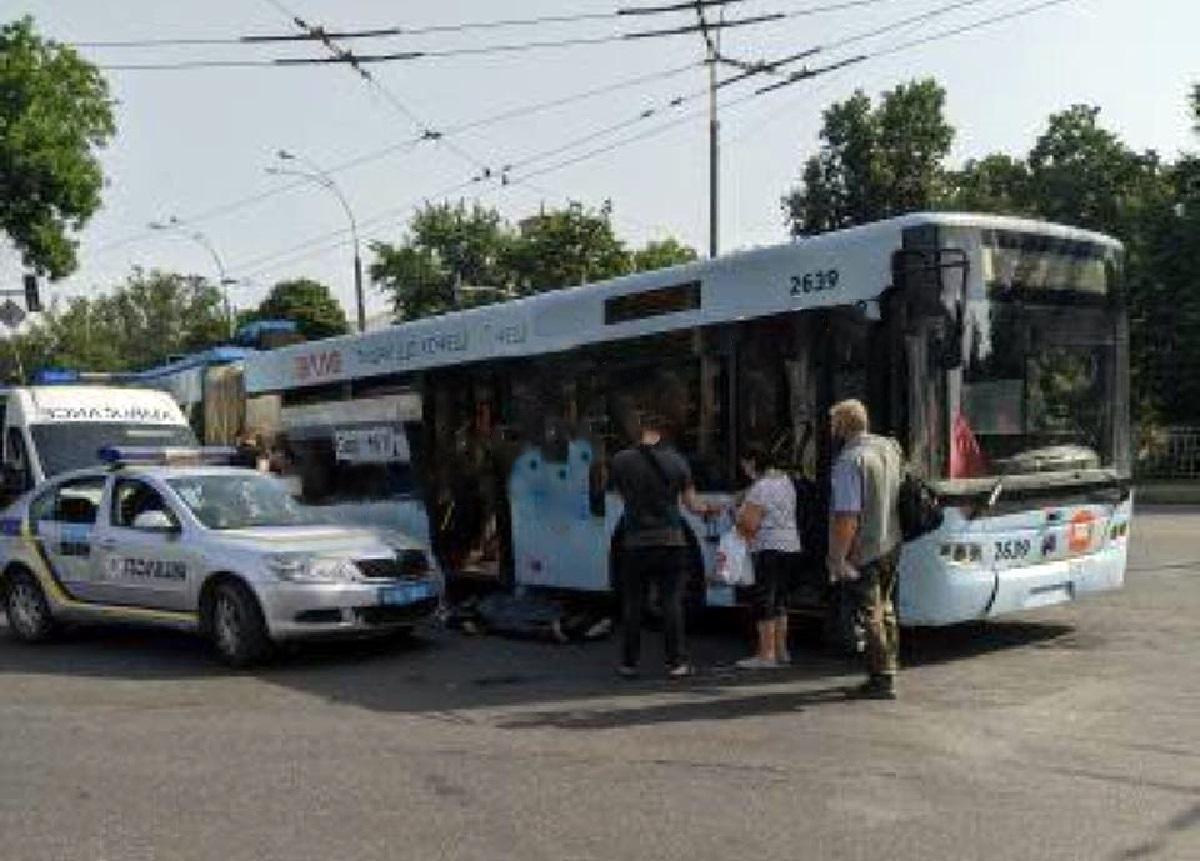 Водитель остановился на перекрестке улиц Вышгородская и Мостицкая / фото Х* Киев