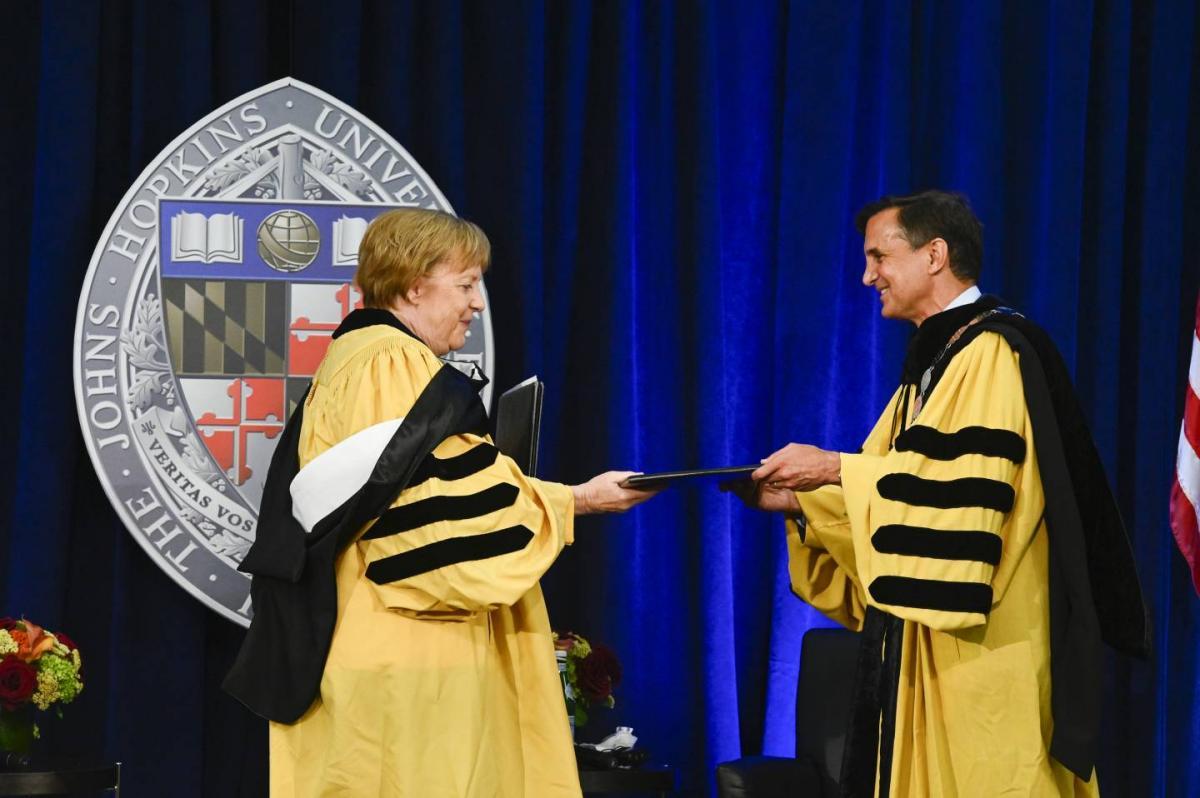 Глава немецкого правительства оконфузилась в США / фото jhu.edu