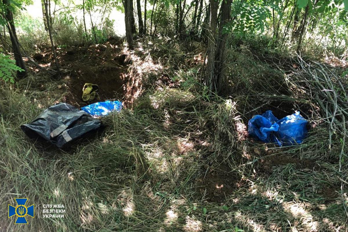 Схрон был спрятан в лесополосе вблизи одного из поселков / фото ssu.gov.ua