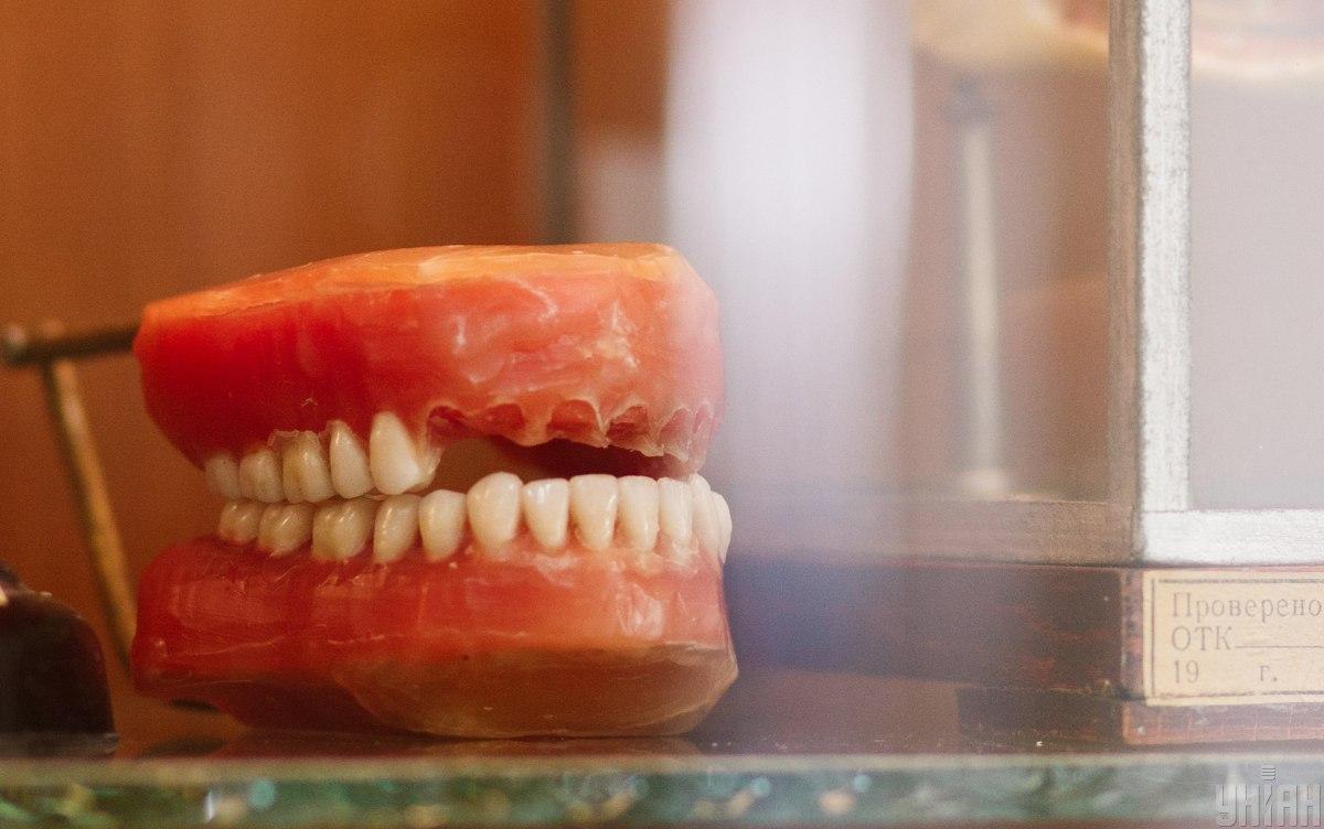 Несмотря на отсутствие медицинской лицензии, женщинаудалиланеустановленному на данный момент лицу13 зубов / фото УНИАН, Юрий Гринькив