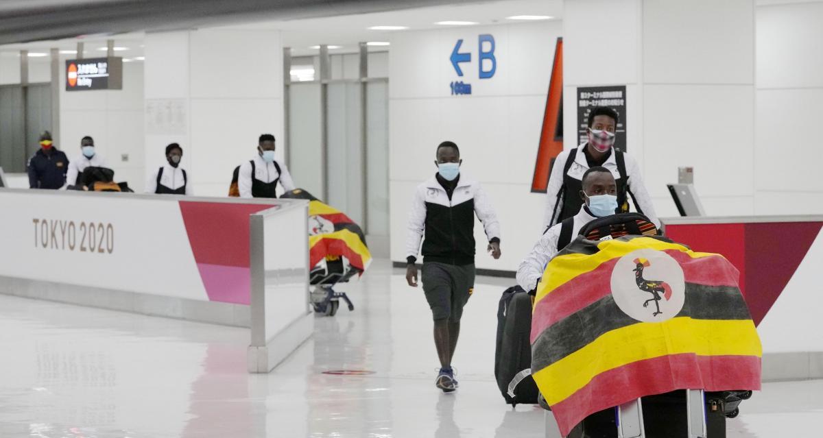 Делегация сборной Уганды в аэропорту Токио / фото REUTERS