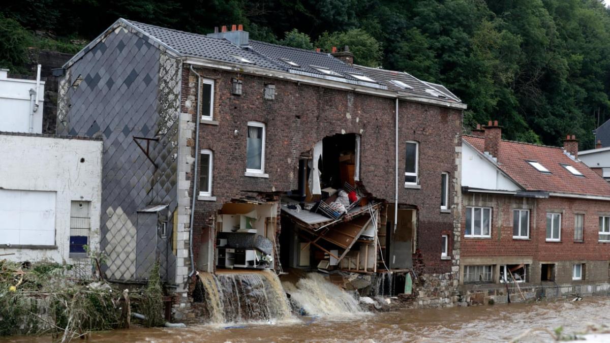 Стена здания внезапно разрушилась, а содержимое комнат вынесло на улицу и подхватило потоком воды / скриншот, The Guardian