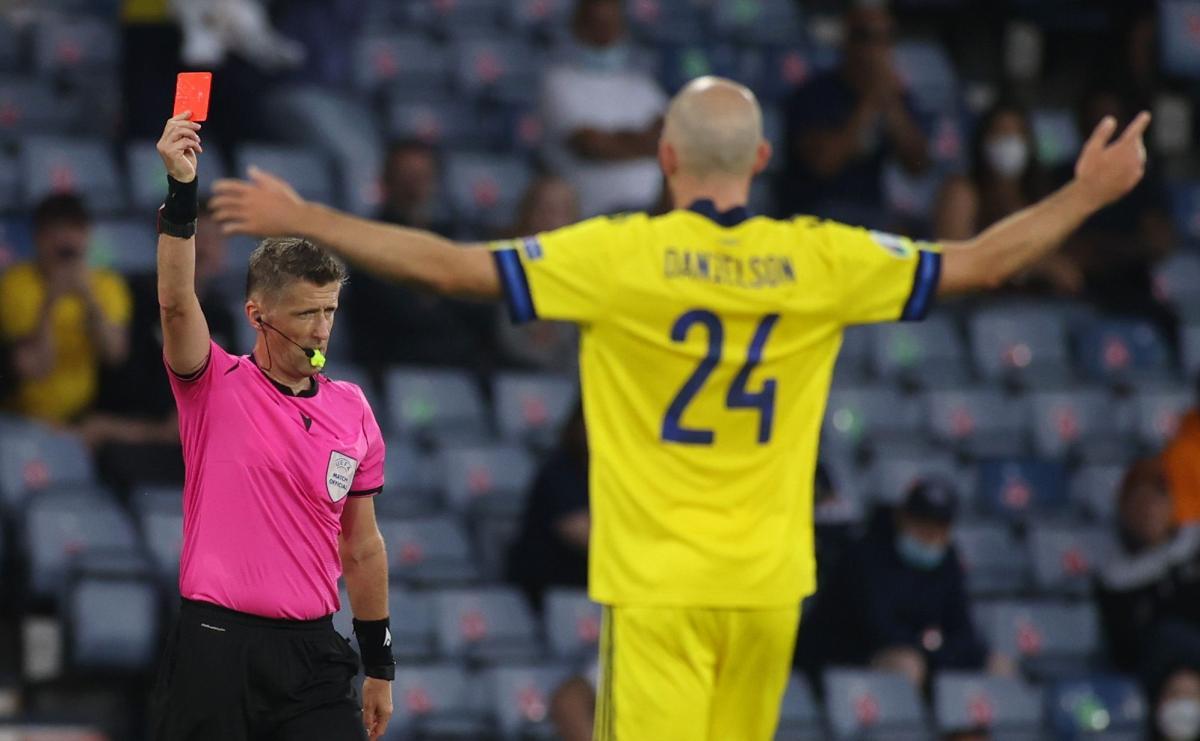 Рефери Даниэле Орсато удалил игрока сборной Швеции / фото REUTERS