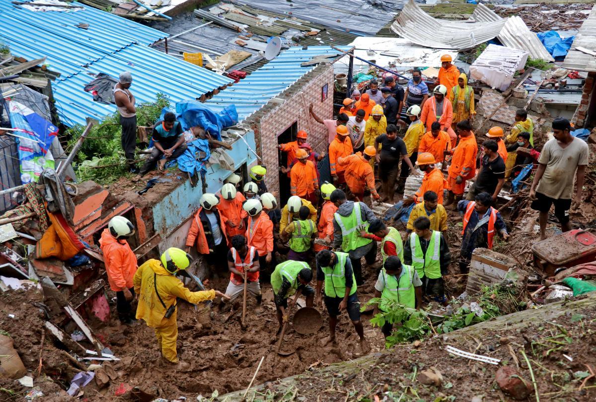 В результате непогоды в Мумбаи погибли более 30 человек / фото REUTERS