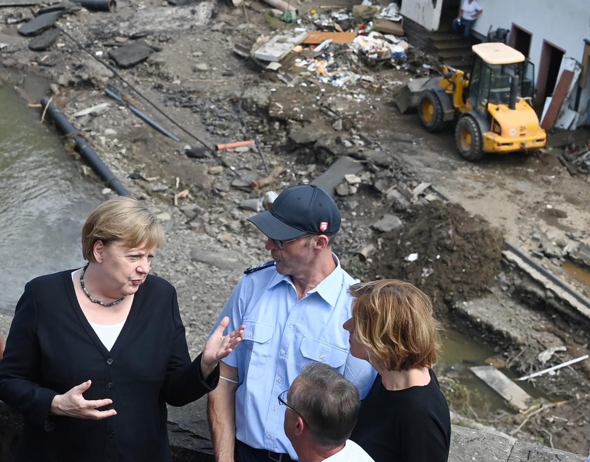Канцлер Ангела Меркель в пострадавшем городе Шульд / фото REUTERS