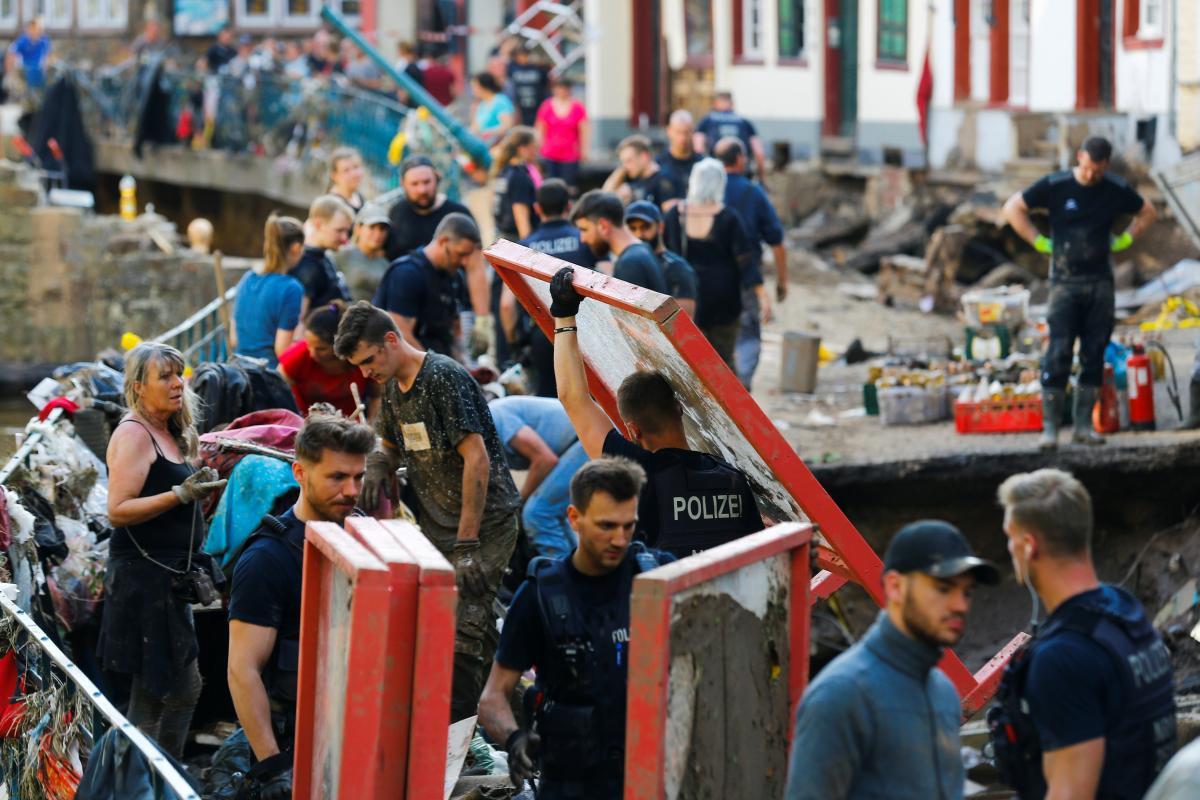Немцы сообща устраняют последствия страшного наводнения / фото REUTERS