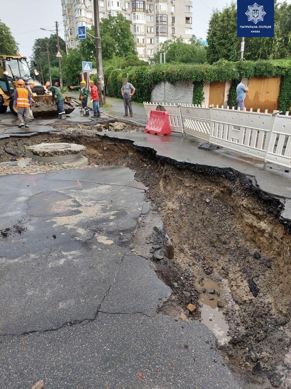 На вулиці Живописній провалився асфальт / фото НПУ