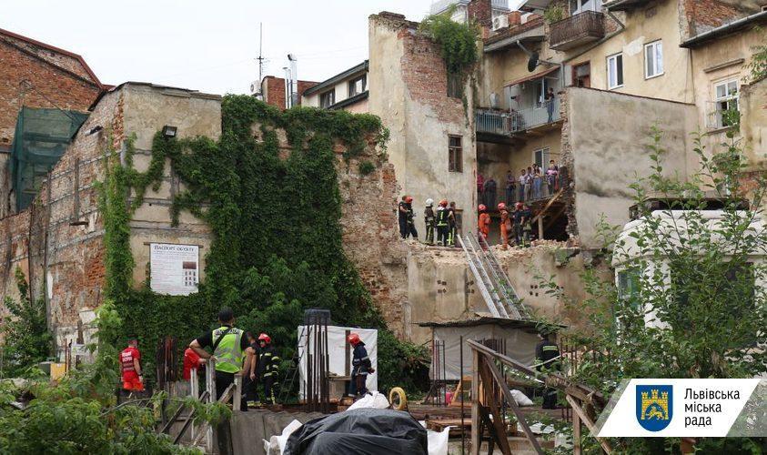 Обвал произошел на чердаке флигеля, где с помощью перфоратора разбирали стену / фото Роман Балук/ЛГС