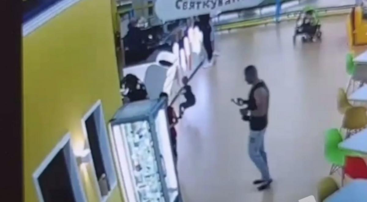 Помощь ребенку оказали неравнодушные посетители/ скриншот из видео