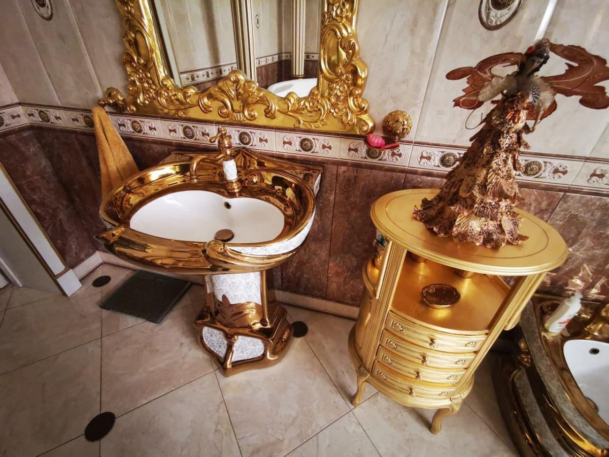 Золото есть даже на сиденьях унитаза и умывальниках / t.me/Hinshtein