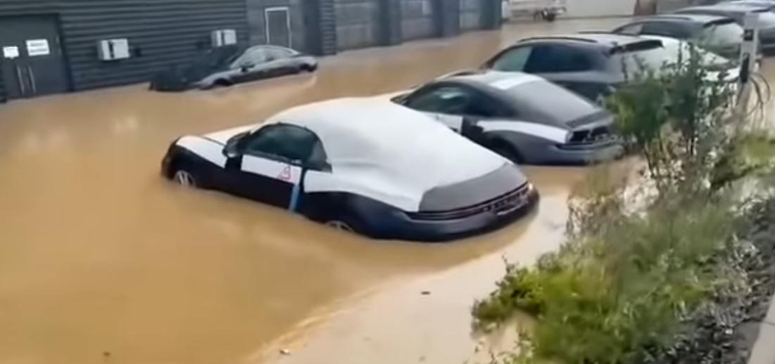 Наводнение затопило элитный автосалон в немецком городе \ скриншот с видео