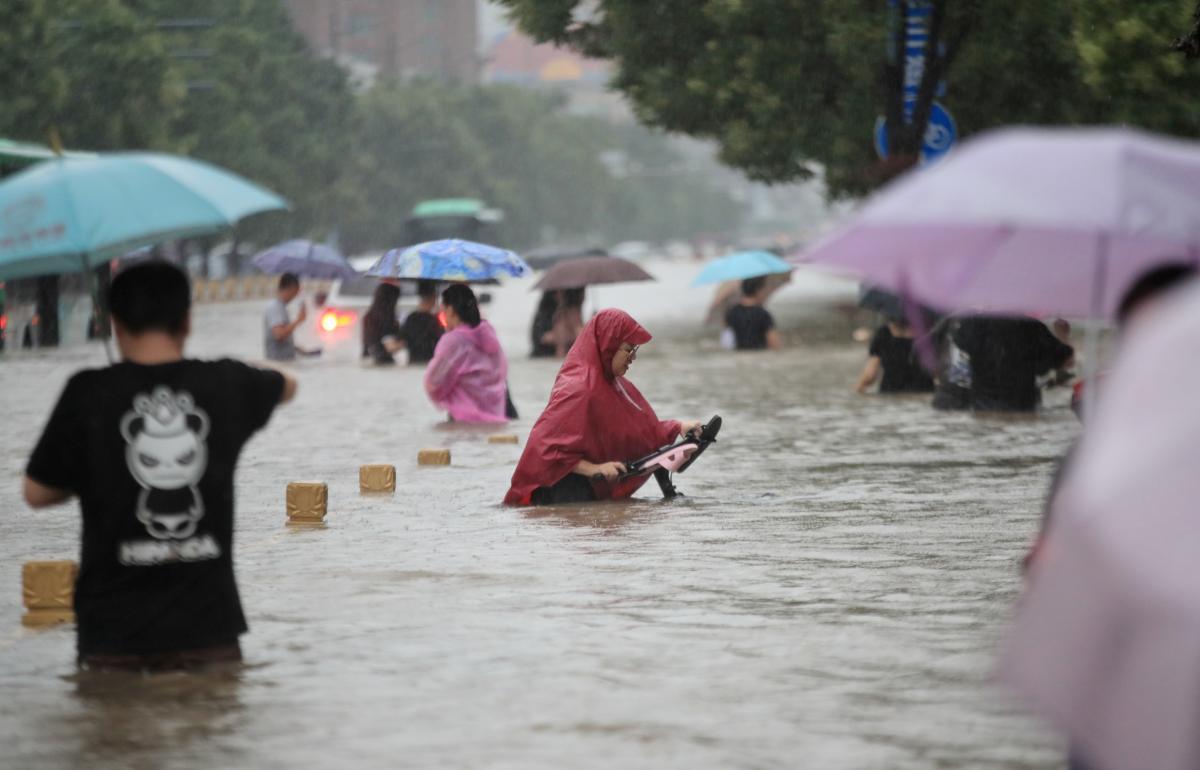 Из-за наступления большой воды были разрушены крепления местной плотины / REUTERS