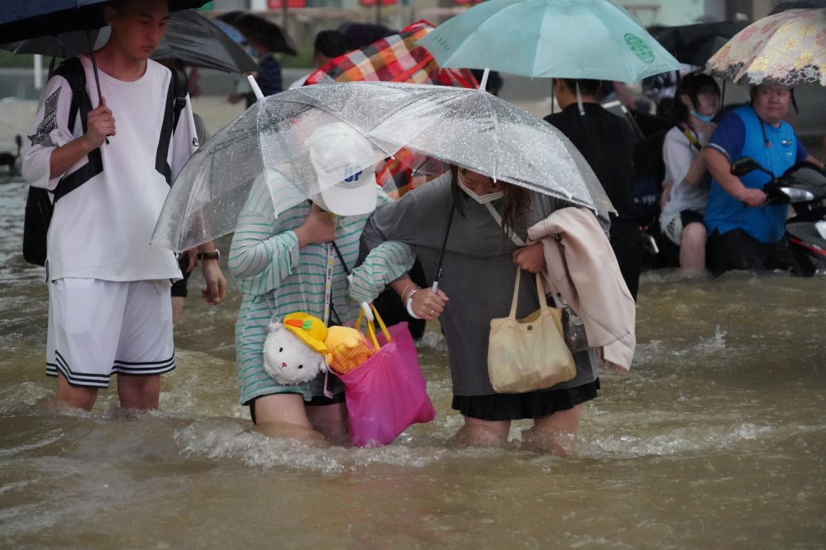 Через повінь у Китаї вже загинули 12 осіб / фото REUTERS