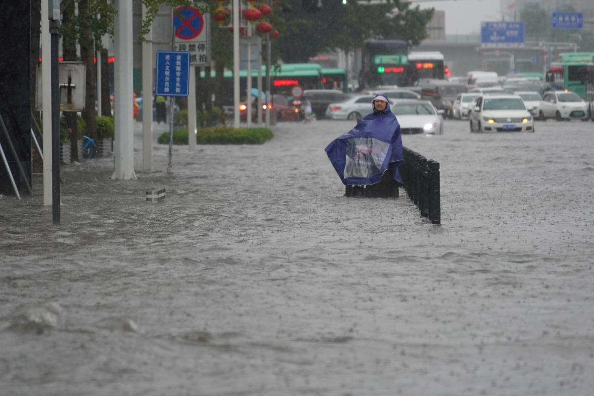 Тисячі людей залишили свої домівки через повінь у Китаї / фото REUTERS