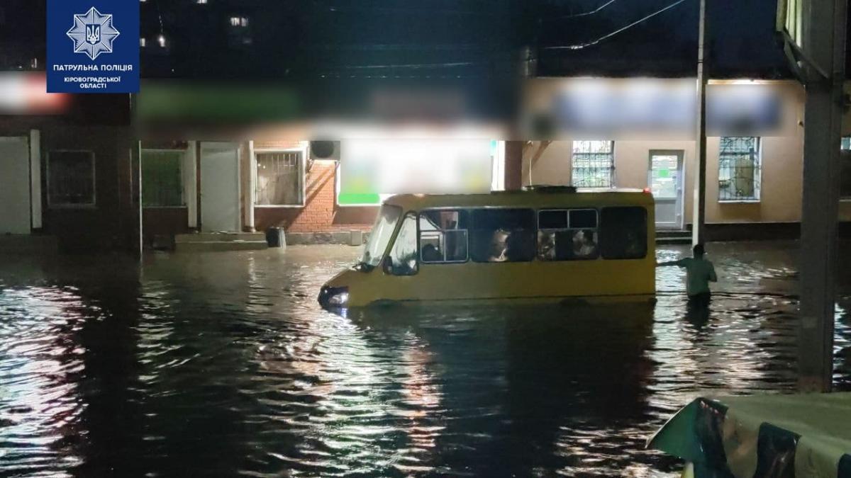 Кропивницький буквально пішов під воду після потужної зливи / фото Патрульна поліція Кіровоградської області