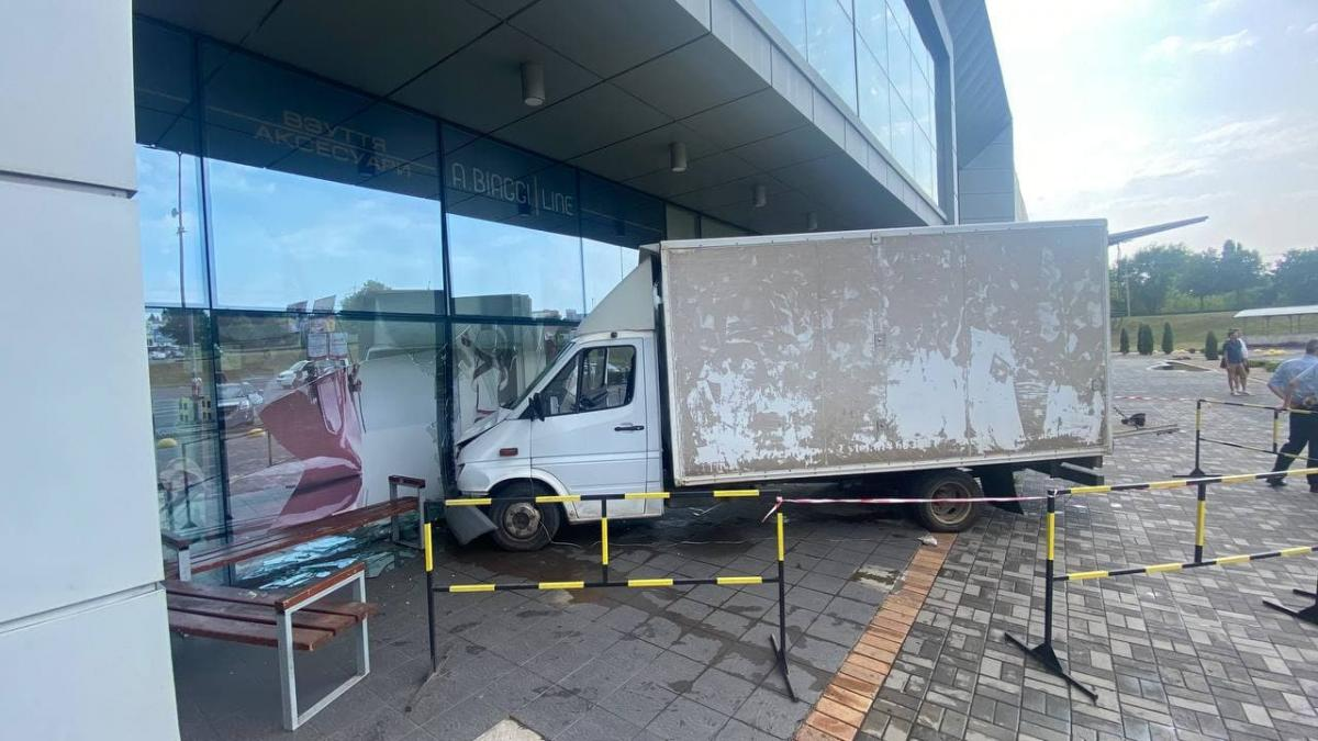 Грузовик влетел в витрину супермаркета в Кривом Роге / t.me/ermolinskiy_news
