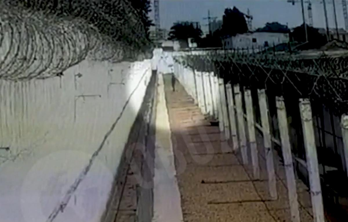 Преступник долго преодолевал заграждения/ скриншот из видео