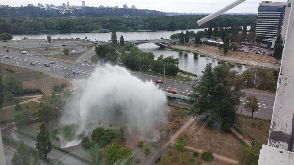 В настоящее время прорыв трубы пока не ликвидировали \ фото Киев сейчас