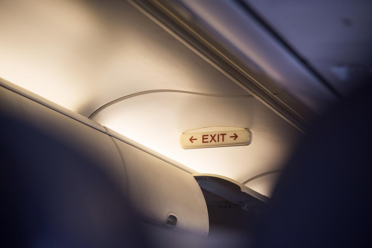 Аварийный выход в самолете / depositphotos.com