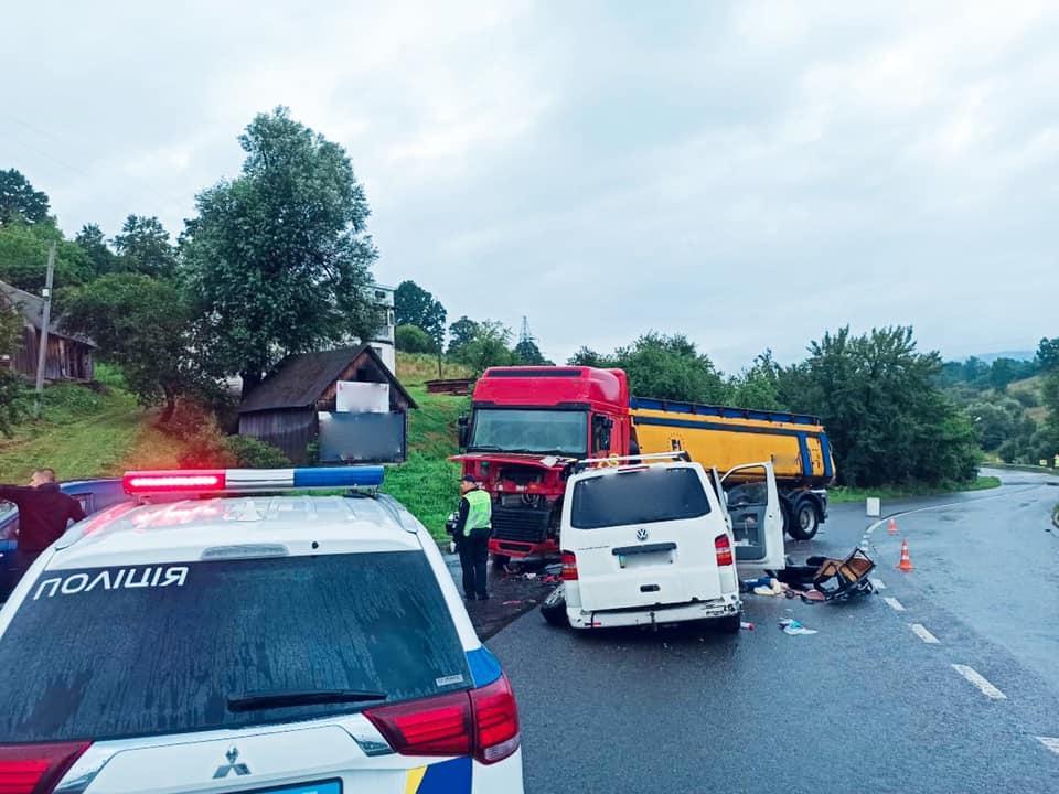 Мікроавтобус зіткнувся з фурою / фото прес-служба поліції Івано-Франківської області