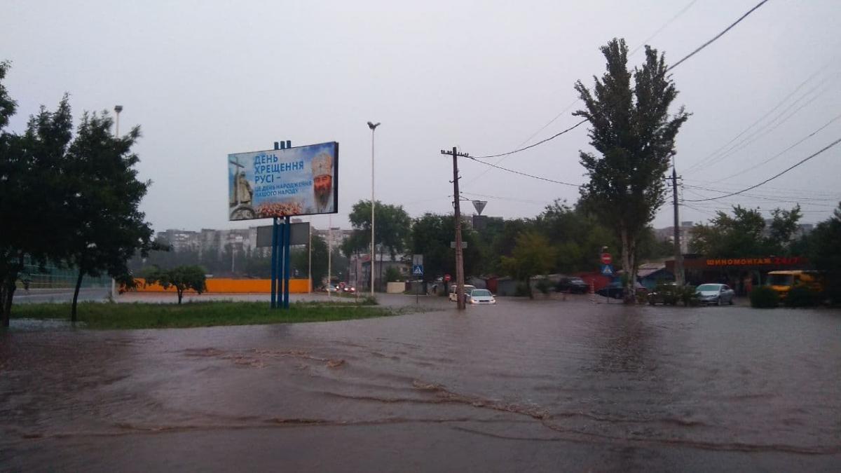 """Ливень в Мариуполе превратил улицы в реки / Фото Telegram-канал """"Контакт-центр 15-55"""""""