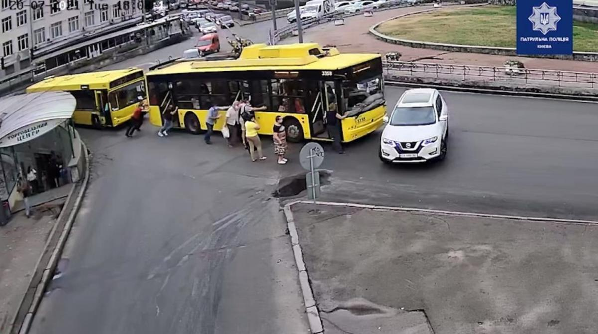 Авария существенно усложнила движение другим участникам / скриншот из видео