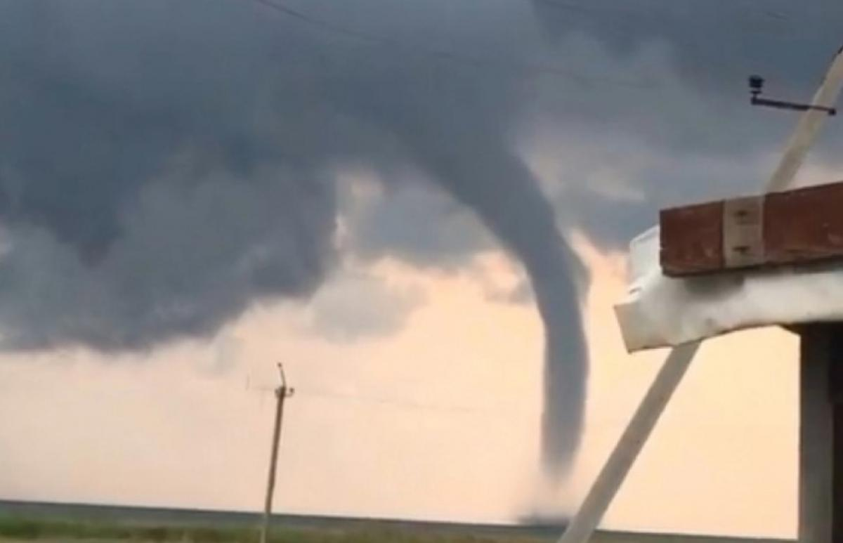 Очевидці зняли на відео потужний торнадо / скріншот з відео
