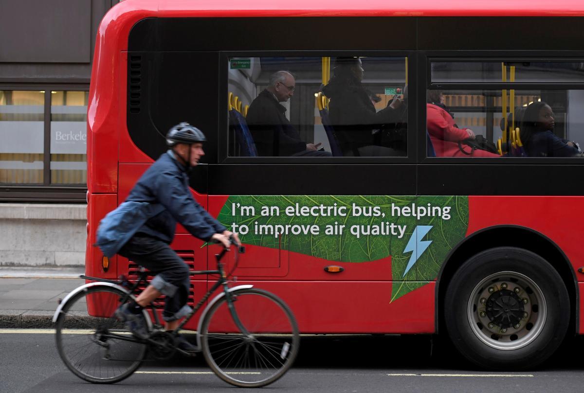 Збільшення кількості екологічного електричного транспорту дозволить суттєво скоротити викиди парникових газів в атмосферу / фото REUTERS