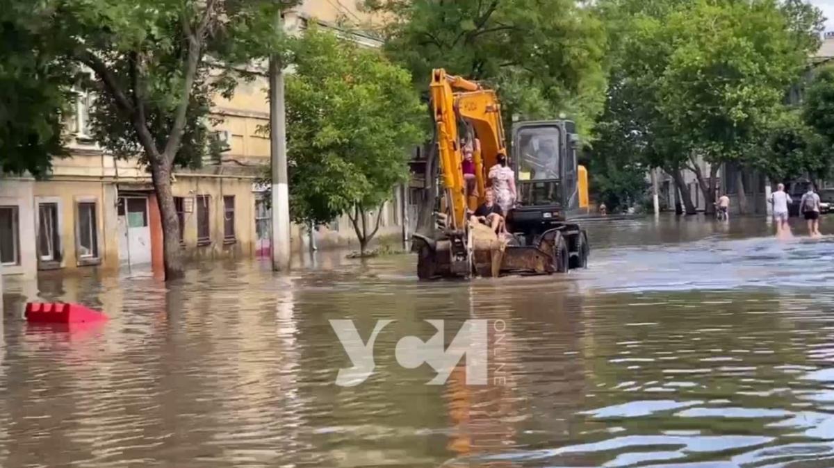 Екскаватор на вулиці Одеси / скріншот з відео