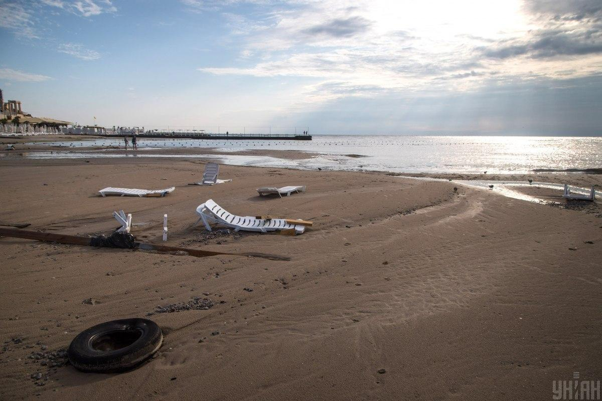 Потужний потік води забрав чоловіка в море \ фото УНІАН