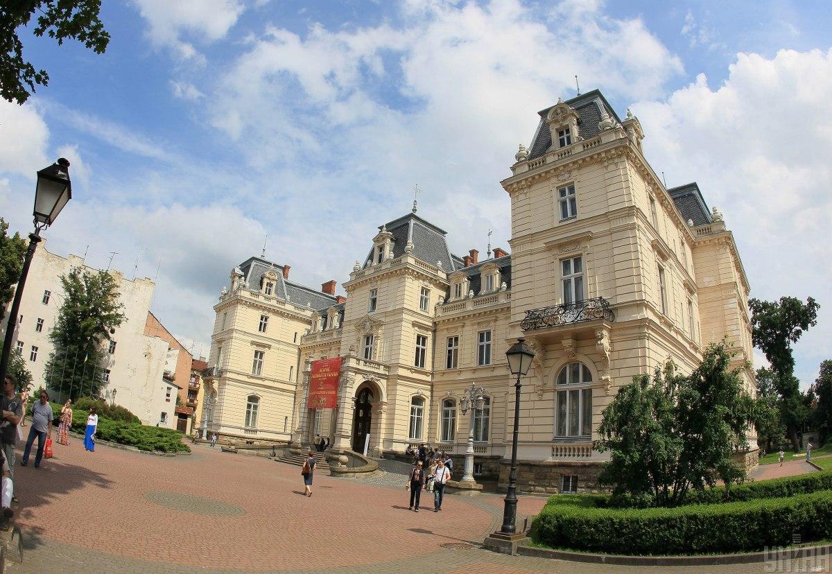 Во львовском Дворце Потоцких после 20-летнего перерыва снова будут регистрировать браки / фото УНИАН