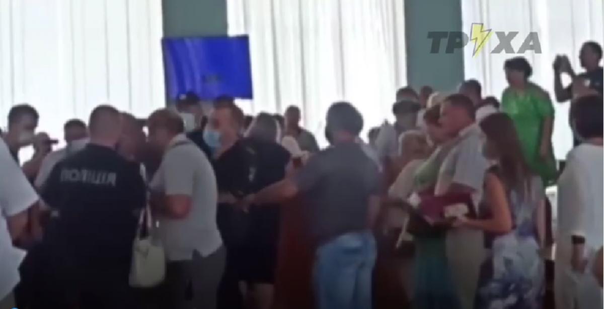 Драка в горсовете Купянска попала на видео / скриншот видео