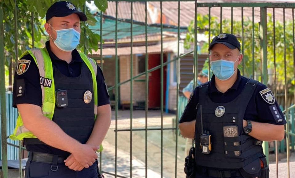 Полицейским в помещение помогла зайти бабушка мальчика \ фото патрульная полиция
