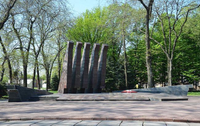 Братскую могилу в Кривом Роге обрисовали и забросали / фото krmisto.gov.ua