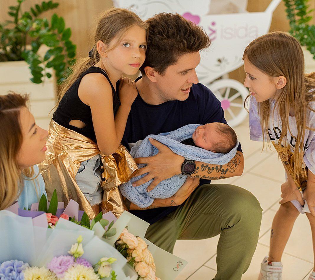 Анатолий Анатолич приехал в роддом, чтобы забрать жену Юлу и новорожденного сына Нила домой / фото instagram.com/yulattt/