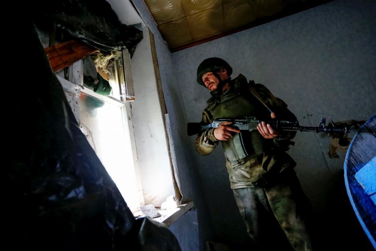 На Донбасі поранено українського бійця / фото REUTERS