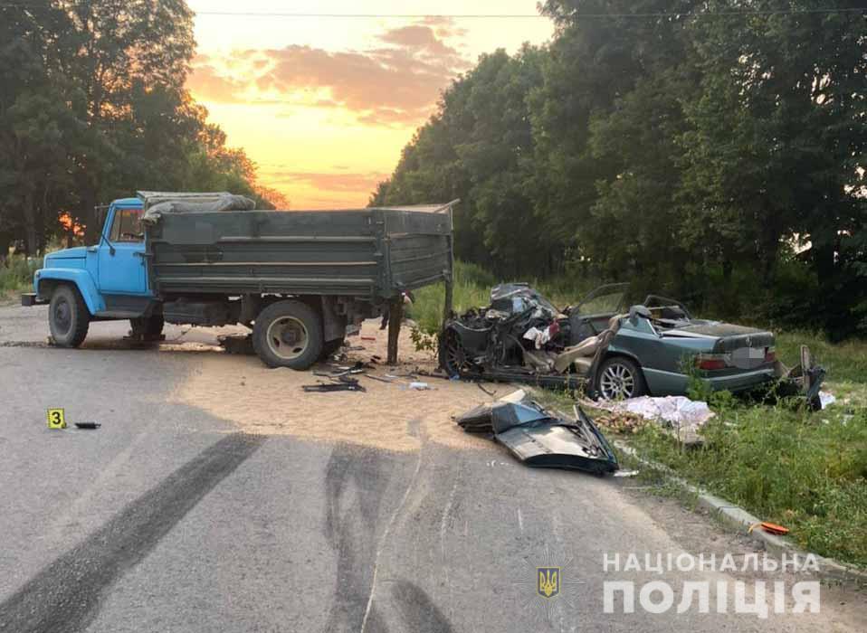 Мужчина пытался обогнать авто, но врезался в грузовик / фото пресс-служба полиции Винницкой области
