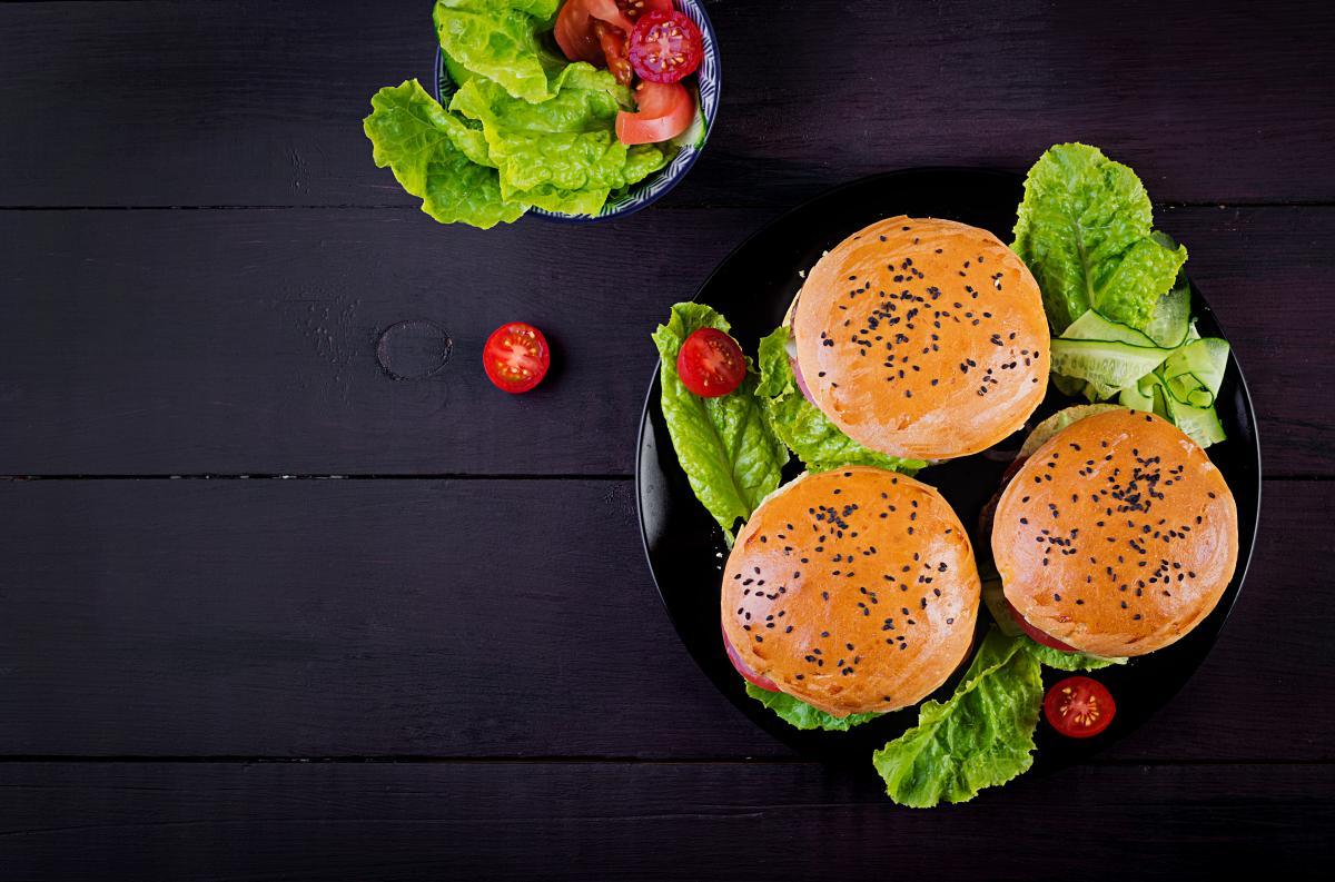 Бургер з ніжного м'яса птиці / depositphotos.com