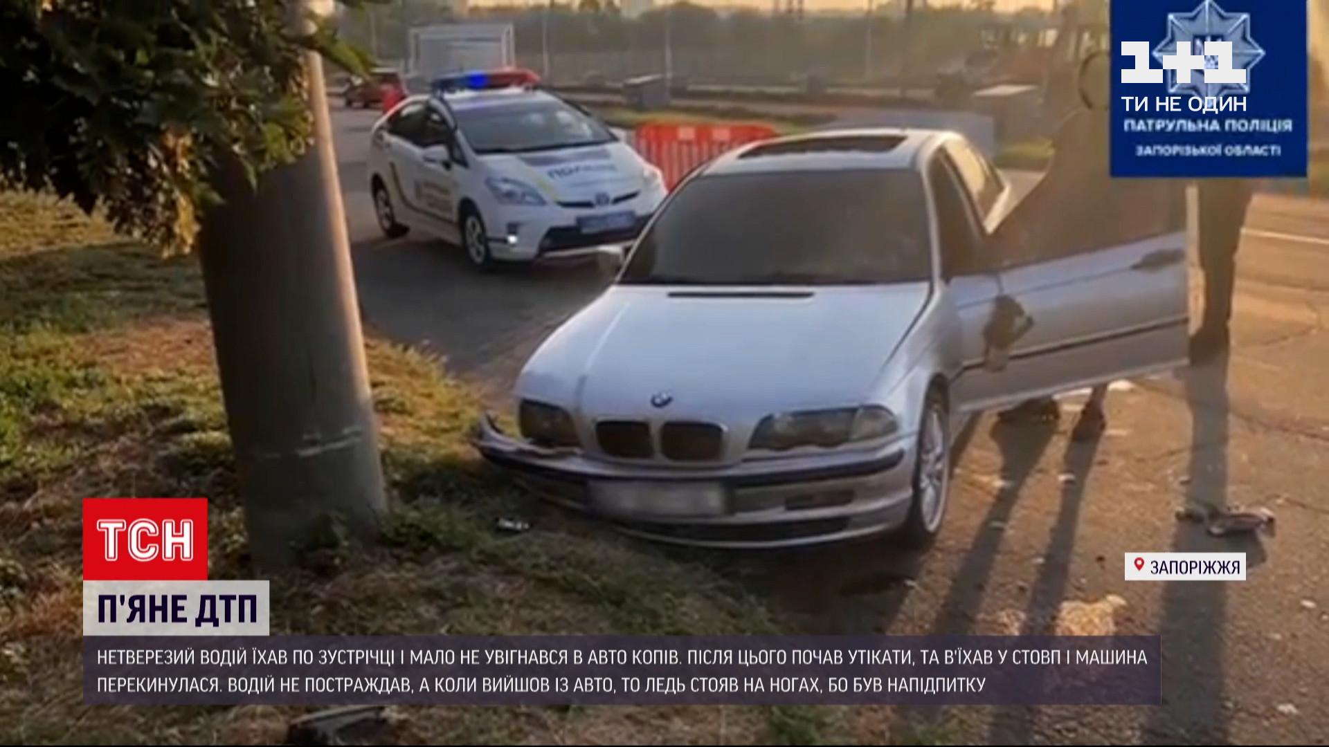 Пытаясь убежать от полицейских нарушитель почти сразу врезался в столб / скриншот видео