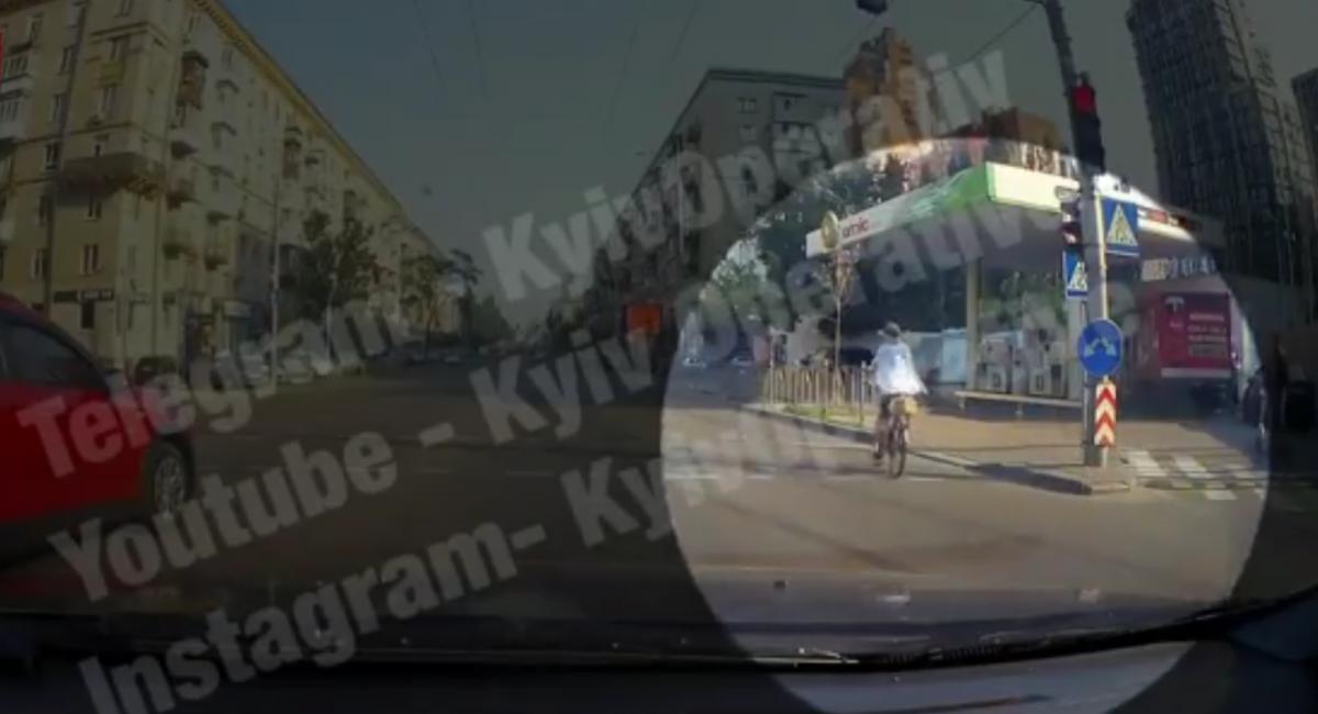 Порушити ПДР на перехресті примудрилися двоє водіїв й велосипедистка / скріншот відео