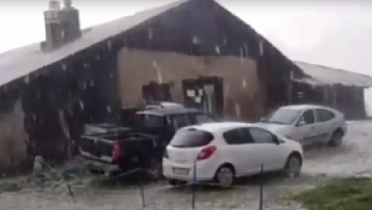 Град в Италии повредил сотни автомобилей / скриншот с видео