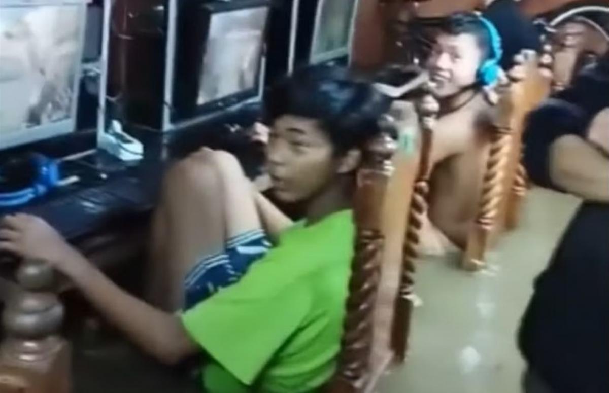 Геймеры сидели в воде и продолжали играть/ скриншот из видео