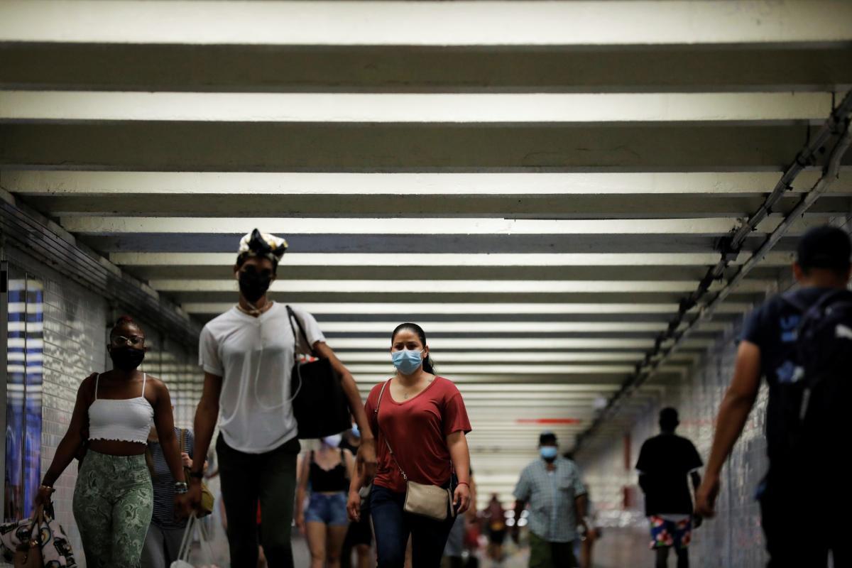"""Штам """"Дельта"""" заразний, як вітрянка, і може передаватися вакцинованими / фото REUTERS"""