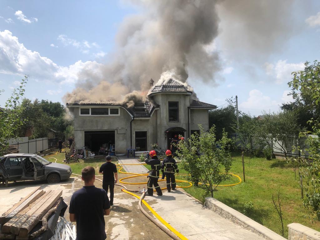 До гасіння пожежі було залучено 10 осіб та 3 одиниці техніки ДСНС / фото - dsns.gov.ua
