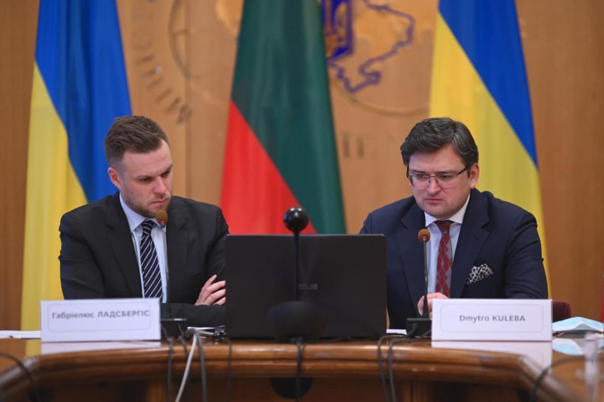 По словам главы украинского МИД, Литва срочно укрепляет границу, но выяснила, что ей не хватает колючей проволоки / фото facebook.com/dmytro.kuleba