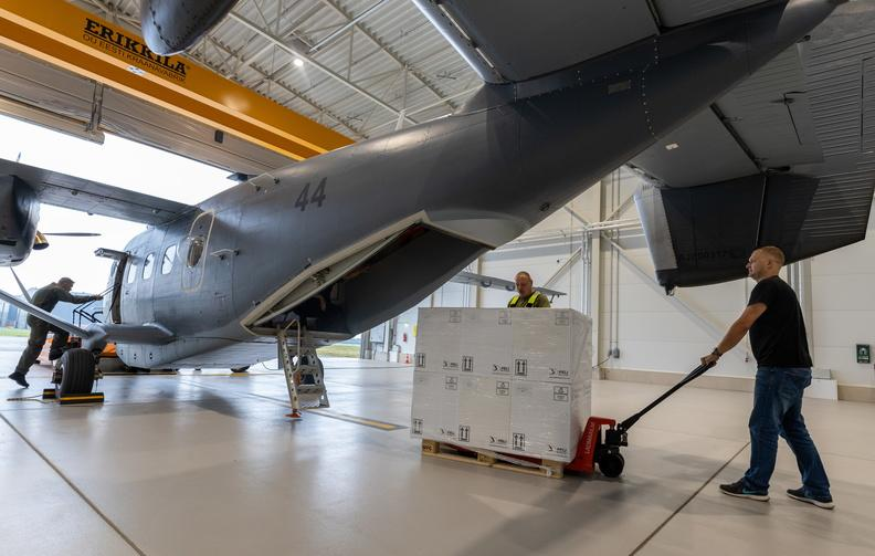 Вакцину з Естонії везуть на військовому літаку / фото mil.ee