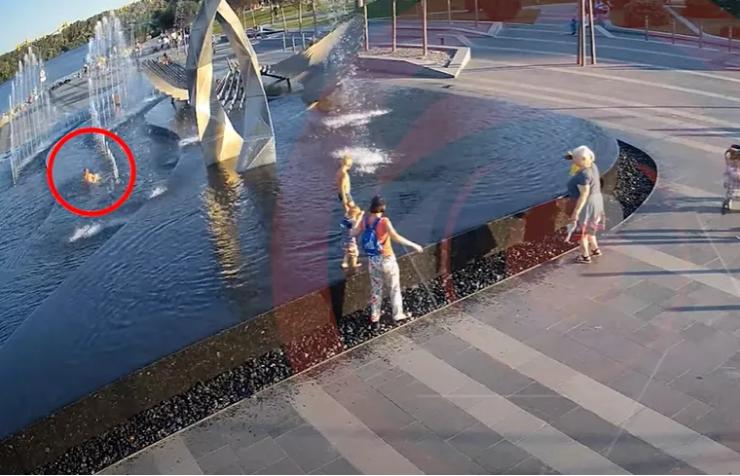 Маленький мальчик упал в фонтане / скриншот